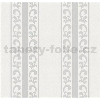 Vliesové tapety na stenu malý zámocký vzor strieborný v pruhoch
